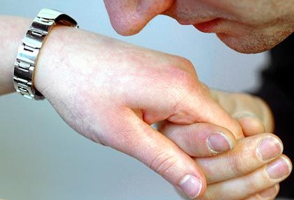 Altmodisch: Ein Handkuss gilt heute als sehr übertrieben