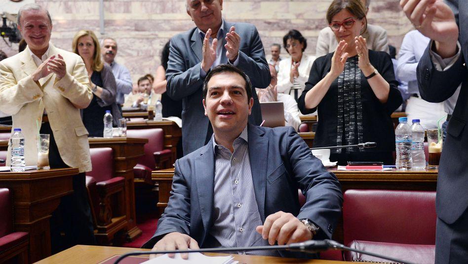 Rückendeckung: Griechenlands Premierminister Alexis Tsipras am Freitagabend vor seiner Rede im Parlament.