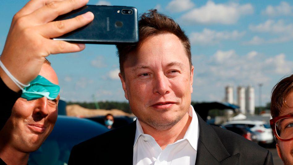 Tesla-Chef Elon Musk bei einem Besuch der Baustelle in Grünheide im September.