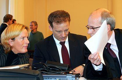 Lagebesprechung: Falk (M.) mit Rechtsanwalt Thomas Bliwier und einer Referendarin