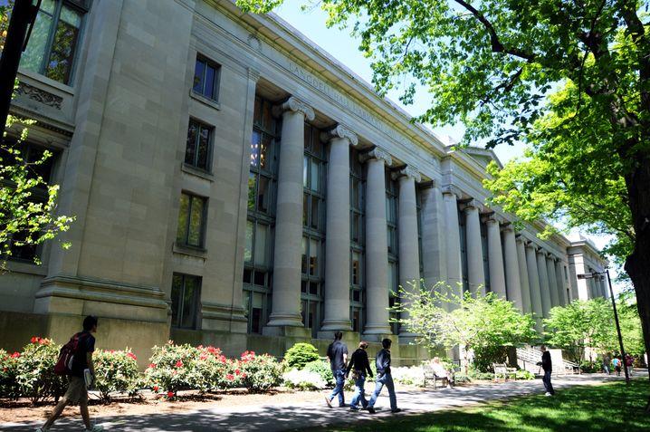 Harvard-Universität in Cambridge: Die Stiftungsfonds der US-Universitäten erzielten 2014 im Schnitt ein Plus von 15,5 Prozent - auch deshalb, weil sie sehr breit investieren dürfen