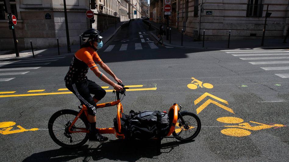 Lastenrad auf neu markierter Fahrradspur in Paris