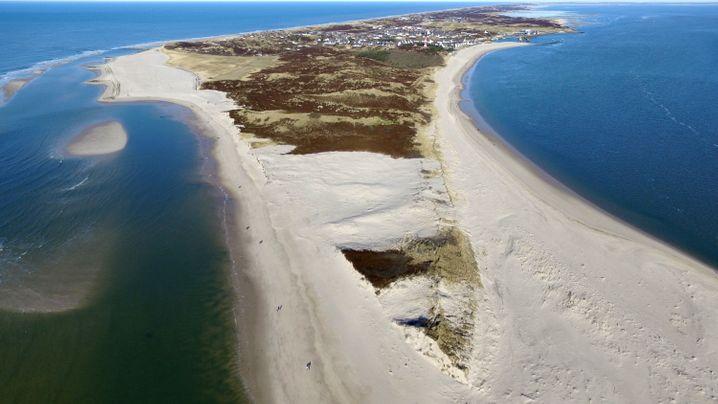 Schnell nach Sylt, bevor es weg ist: Diesen Winter haben Stürme wieder an dem Strand genagt. Allein im vergangenen November verschwanden dort Düne und Strand auf 850 Metern Länge und bis zu 60 Metern Breite. Rund 2,2 Hektar Land fielen den Wellen zum Opfer.
