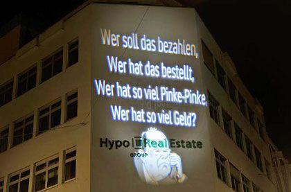 Eine Lichtprojektion an der Fassade der HRE-Zentrale in München: Massive Geldvernichtung