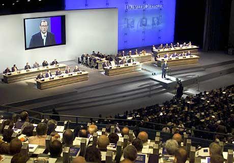 Führungsgarde von DaimlerChrysler während einer Hauptversammlung: Verzicht auf 10 Prozent Vergütung