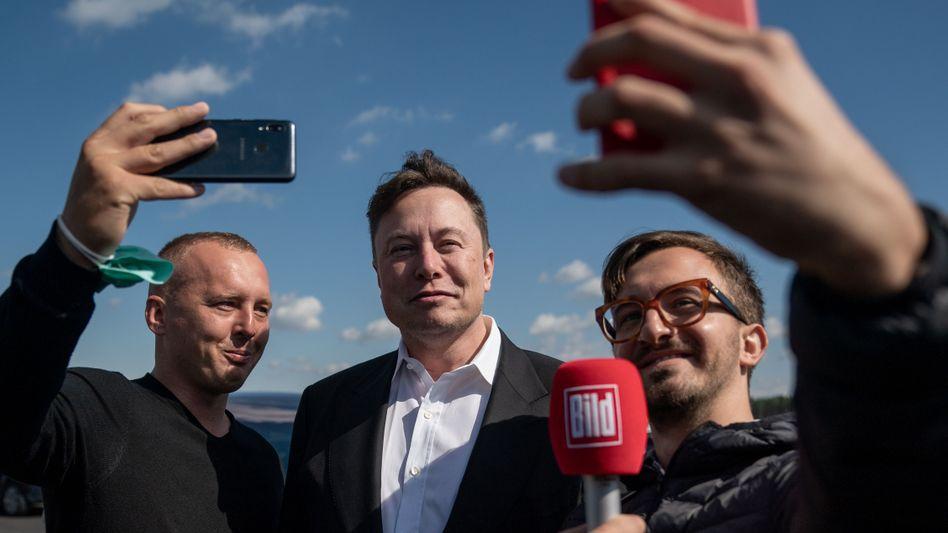 Elon Musk mit Journalisten oder Fans in Grünheide (Mark) am 3. September