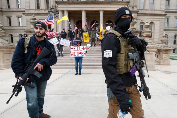 Bewaffnete vor dem Michigan State Capitol demonstrieren gegen die von Gouverneurin Gretchen Whitmers verhängten Lockdown-Beschränkungen - ein willkommener Anlass für den Populisten Donald Trump
