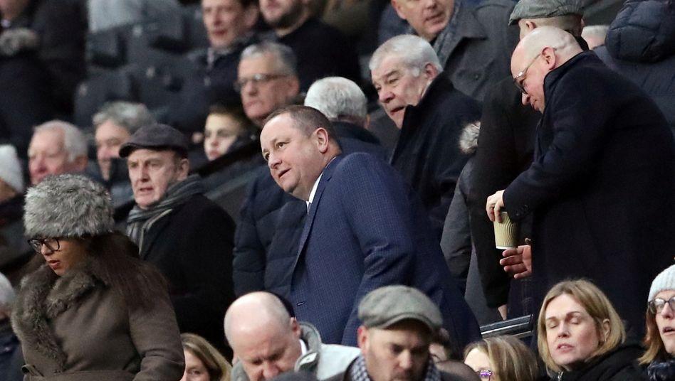 Mike Ashley (Mitte, im blauen Mantel) im Januar im St James' Park in Newcastle