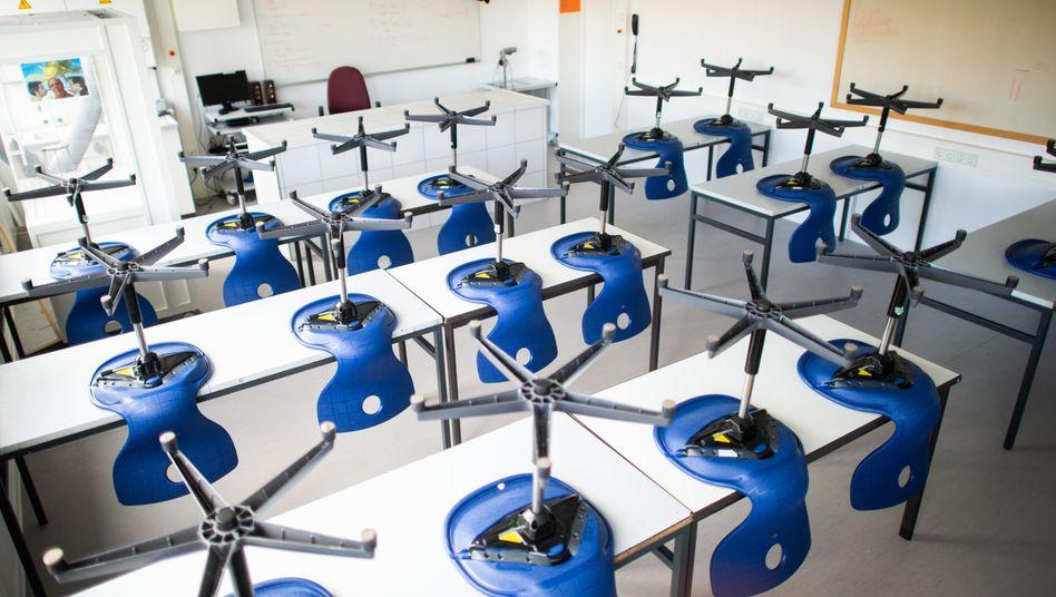 Leere Klassenzimmer: Bis 19.04. sollen die Schulen in Deutschland geschlossen bleiben, was danach passiert, soll Mitte der Woche beschlossen werden