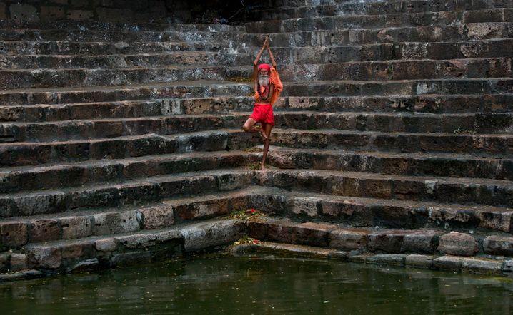Yoga geht bis ins hohe Alter: Hier praktiziert ein Sadhu eine Yoga-Übung im Kamakhya temple in Gauhati, Indien