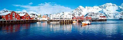 Henningsvaer auf den Lofoten: Nicht viel mehr als ein Hafen vor bergiger Kulisse