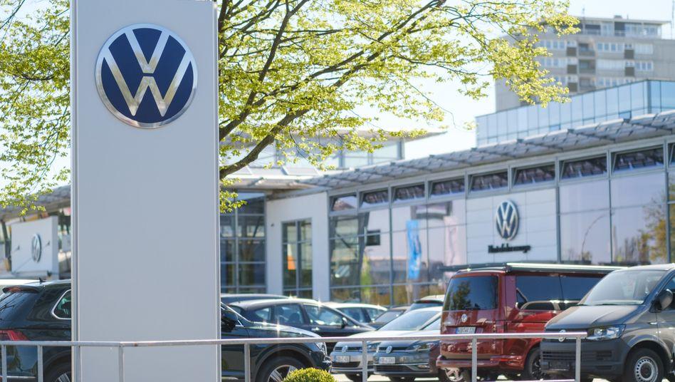VW-Händler in Wolfsburg: Wochenlang waren die Autohäuser geschlossen - das zeigt sich nun auch in den Neuzulassungen