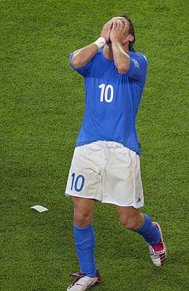 Gerichtliches Nachspiel für die verlorene WM: Italiens Stürmer Francesco Totti am Boden