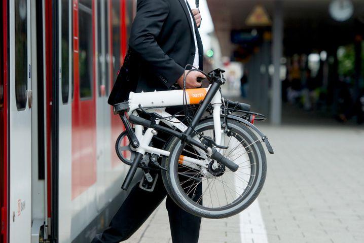 Handlicher Begleiter: Falträder finden mit ihrer Koffergröße gut im Zugabteil Platz.