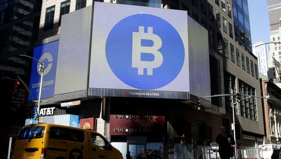 (Bisheriger) Höhepunkt des Hypes: Bitcoin-Werbung auf dem New Yorker Times Square zum Börsengang der Kryptoplattform Coinbase am 14. April. Seit dem Höchststand bei rund 65.000 US-Dollar hat Bitcoin inzwischen rund 25 Prozent an Wert verloren