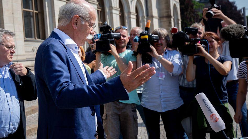 Fand er damals, im Mai 2018, wohl nicht so gut: Daimler-Chef Dieter Zetsche wurde vom Verkehrsministerium der Presse zugeführt.