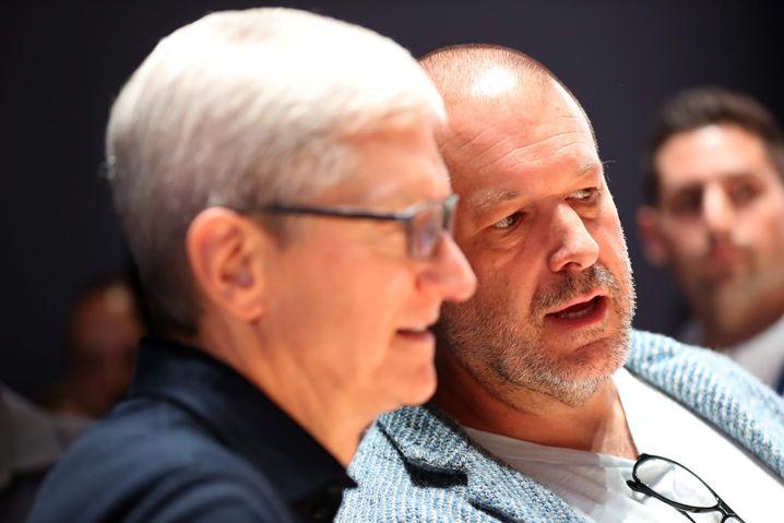 Jony Ive (r) mit Apple-CEO Tim Cook (l)