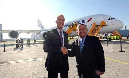 Ein Augenblick der guten Laune: Airbus-Chef Enders (l.) und Air France-Aufsichtsratschef Jean-Cyril Spinetta vor der A380 in Hamburg-Finkenwerder