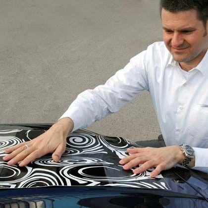 Wilde Tarnmuster: Ohne Klebefolie verlässt kaum ein geheimer Prototyp das Werksgelände. BMW-Entwickler Timo Göbel zeigt, wie die Versuchsfahrzeuge unkenntlich gemacht werden.