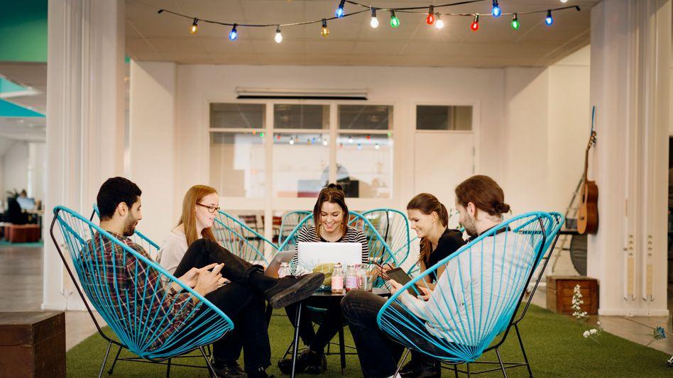 Arbeiten 4.0 stellt auch die Mitarbeiter vor enorme Herausforderungen: Dazu zählen häufiger wechselnde Arbeitsorte, wechselnde Teams, wechselnde Chefs - ob es dann dabei immer so gemütlich und harmonisch wie auf diesem Bild zugeht, ist wohl nicht immer zu unterstellen