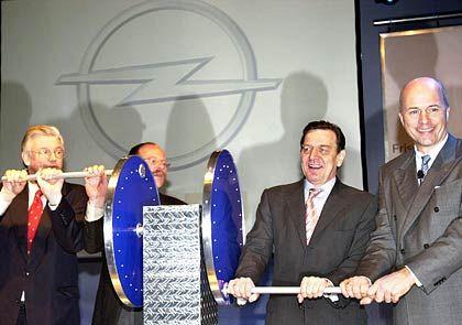 Gemeinsam kurbelten sie das neue Werk an: Hessens Ministerpräsident Roland Koch, Opel-Betriebsrat Klaus Franz, Bundeskanzler Gerhard Schröder und Opel-Chef Carl-Peter Forster