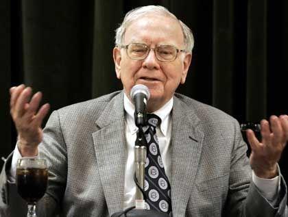 Diese Hände schaffen Mehrwert: Warren Buffett, Chef der Berkshire Hathaway, zählt zu den reichsten Menschen der Welt. Den Großteil seines Vermögens will Buffett verschenken.
