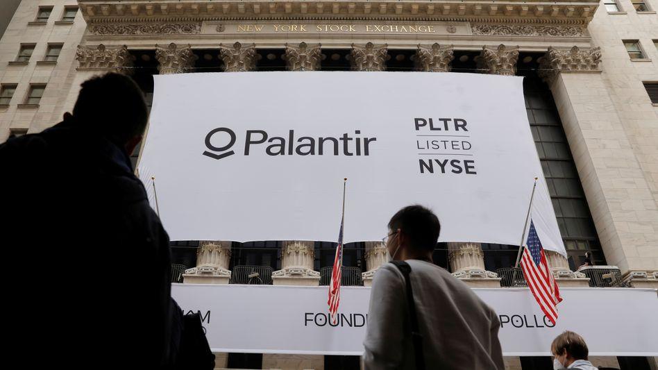 Pfeil nach unten: Transparent mit Palantir-Logo vor der Fassade der New Yorker Börse am Mittwoch
