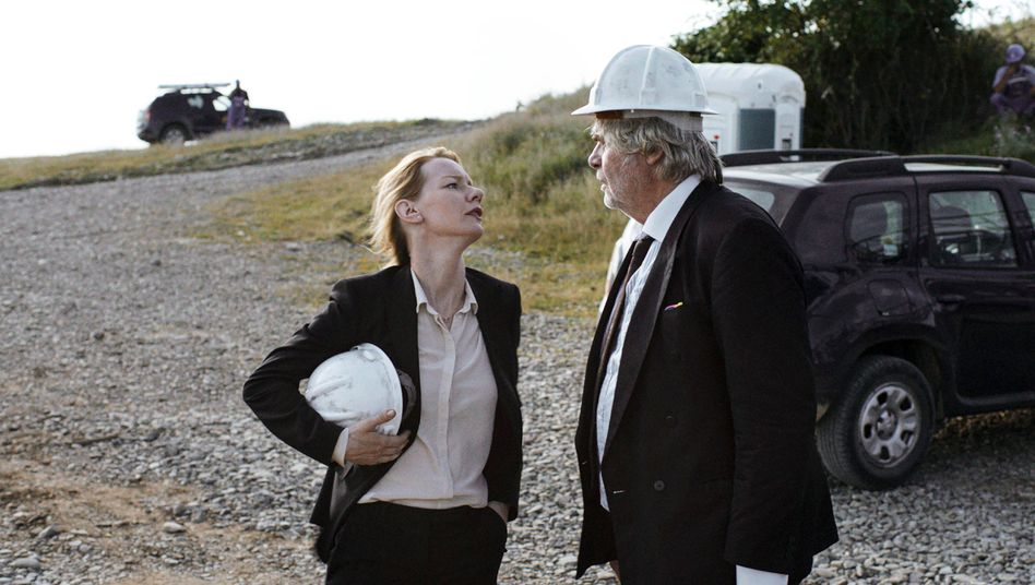 """Sandra Hüller (l.) als Unternehmensberaterin Ines Conradi und Peter Simonischek als ihr Vater und """"Coach"""" Toni Erdmann in Maren Ades gleichnamigen Film."""
