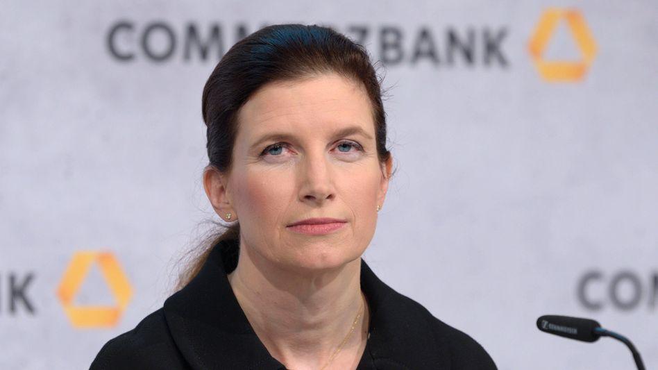 Etwas geknickt: Finanzchefin Bettina Orlopp konnte zwar die Kernkapitalquote stabil halten, muss aber dennoch einen Verlust verbuchen
