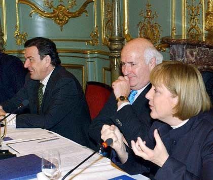 Topberater: Weidenfeld mit Ex-Kanzler Schröder und Kanzlerin Merkel während einer Diskussion zum Europapolitischen Dialog der Bertelsmann Stiftung