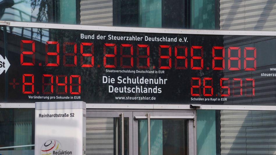 Läuft unerbittlich weiter: Die Schuldenuhr am Eingang des Bundes der Steuerzahler in Berlin (Stand: 24.08.21)