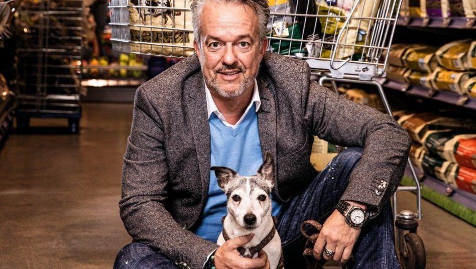 Tierisch erfolgreich:Torsten Toellergründete vor 30 Jahren Fressnapf und erfand damit eine neue Handelsform. Heute ist er mit zuletzt 2,3 Milliarden Euro Umsatz Marktführer in Europa. Mit im Bild: Shorty, der Hund einer Mitarbeiterin.