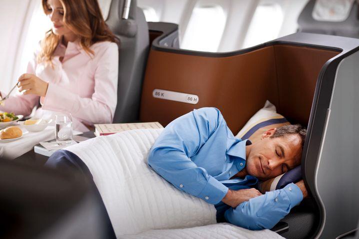 First Class: Ganz so hoch ist der Komfort für die meisten Lufthansa-Passagiere nicht - Spohr versucht, den höheren Preis mit einer Aufwertung ohne großen Aufwand zu rechtfertigen