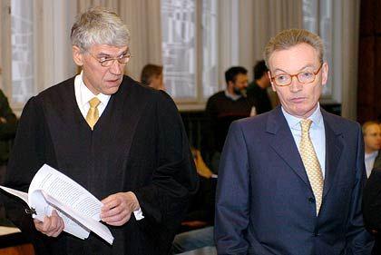 Wirkt gefasst und hochkonzentriert: Esser im Düsseldorfer Landgericht neben seinem Anwalt Sven Thomas