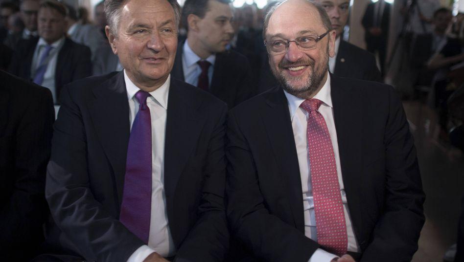 Michael Frenzel, Chef des SPD-Wirtschaftsforums, mit dem SPD-Vorsitzenden Martin Schulz (r.)
