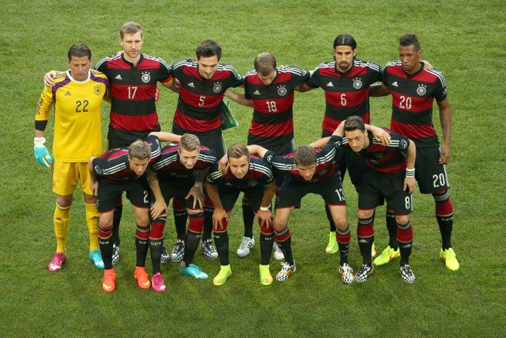 """Deutschland: Von wegen """"ganz in Weiß"""" - Deutschland trägt Querstreifen, in der WM sogar nur einen Streifen. Zum Ärger der Traditionalisten. Wobei - Hauptsache, gut gespielt"""