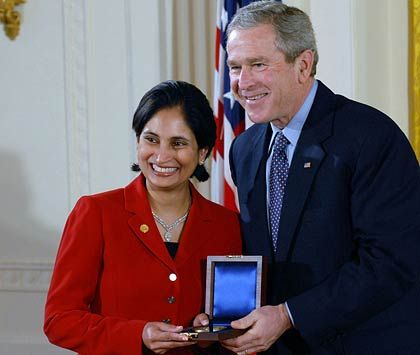 Neu bei Cisco: Padmasree Warrior, hier mit US-Präsident George W. Bush