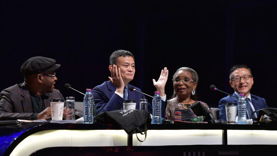 """""""Ich kann es kaum erwarten, sie zu treffen"""": Der Milliardär Jack Ma (2. v. l.) ist das Gesicht der von ihm selbst ins Leben gerufenen TV-Talentshow """"Africa's Business Heroes"""" - zum Finale im November fehlte er."""