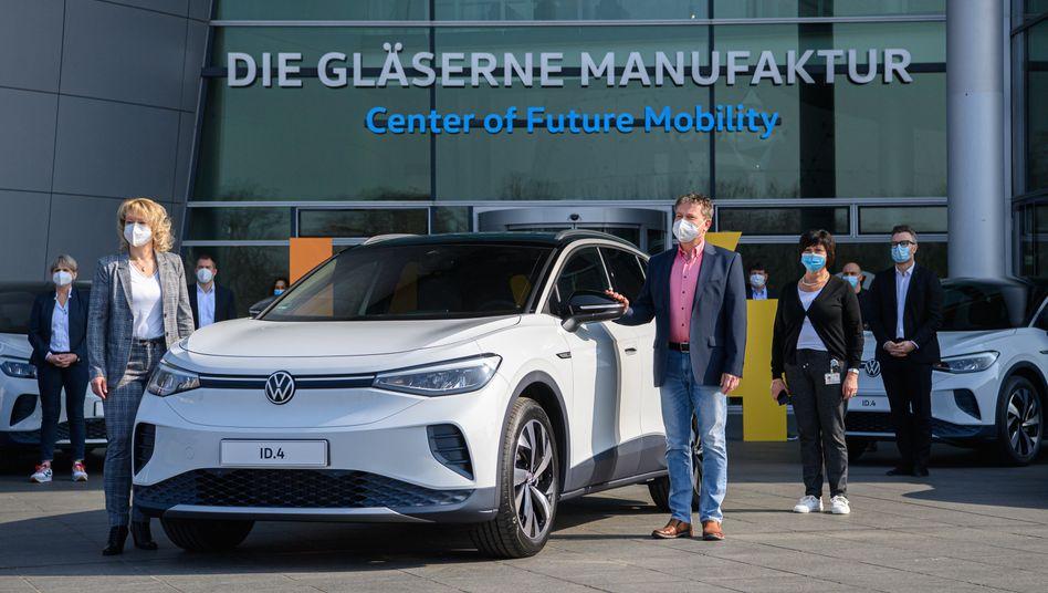 Bitte einsteigen: Die ersten Kunden nehmen bei Volkswagen in Dresden ihren neuen ID.4 in Empfang