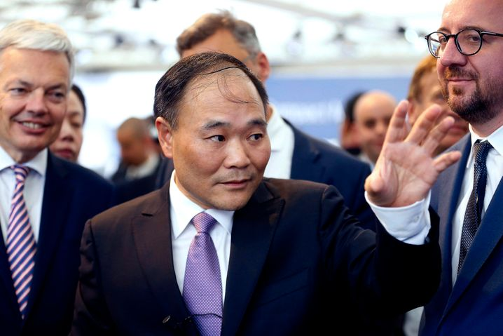 """... Geely-Chef Li Shufu jetzt ein unmittelbarer Wettbewerber von BAIC vor Daimlers Tür und begehrt gleich auch Mitsprache im Aufsichtsrat, heißt es. Sein Coup soll den Daimler-Vorstand """"kalt erwischt"""" haben"""