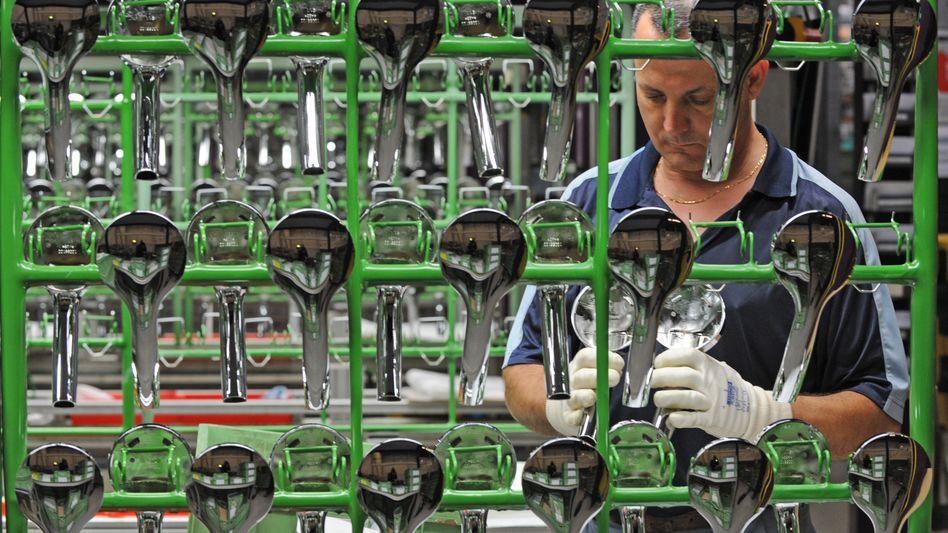 Mehr Jobs: In Deutschland waren 2010 40,3 Millionen Menschen erwerbstätig - 2011 dürfte diese Zahl nach Ansicht von Volkswirten weiter steigen, wenn auch eher im Dienstleistungssektor als in der Industrie