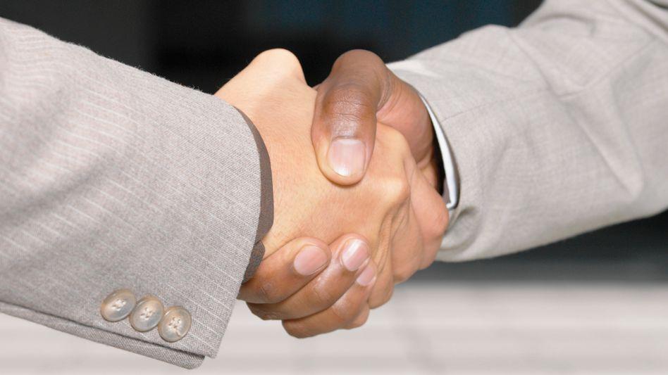 Hand drauf: Zählt mehr als wohlfeile Worte
