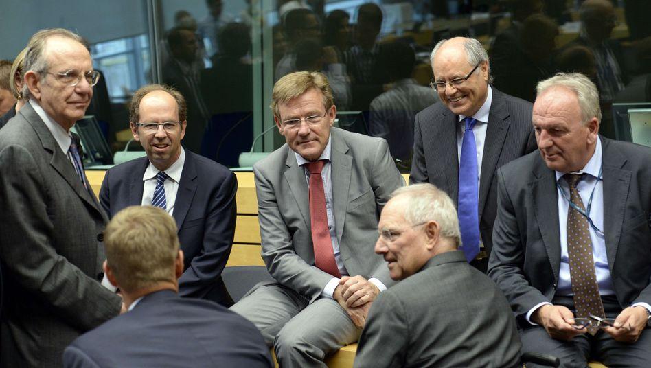Schäuble im Kreis der Euro-Finanzminister: Griechenland braucht 82 Milliarden Euro bis 2018. Das Land soll deshalb seine Reformvorschläge nachbessern oder eine fünfjährige Euro-Auszeit nehmen, schlägt Schäuble vor