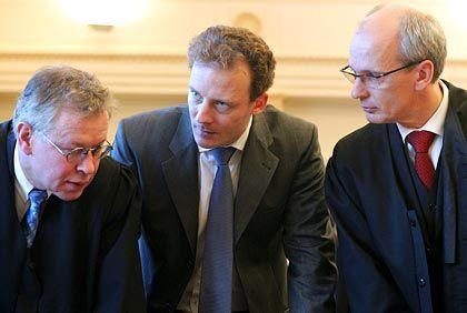 Gemeinsam sind wir stark: Alexander Falk mit seinen Verteidigern Gerhard Strate (l.) und Thomas Bliwier (r.)
