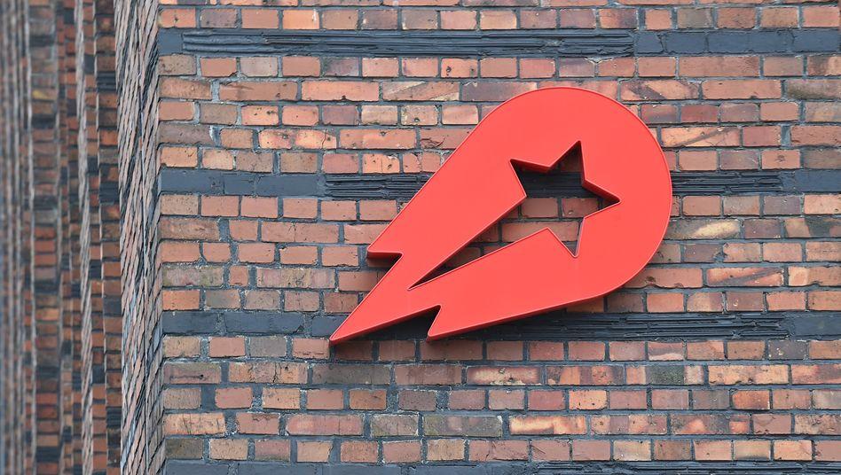 Kapitalmagnet: Logo von Delivery Hero an einer Wand der Berliner Firmenzentrale