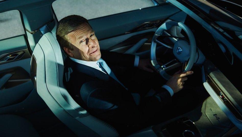"""""""Wir hatten gerade das stärkste erste Quartal der BMW-Geschichte, haben unsere Elektroverkäufe mehr als verdoppelt; und das soll so weitergehen"""", Oliver Zipse in der BMW Welt in München"""