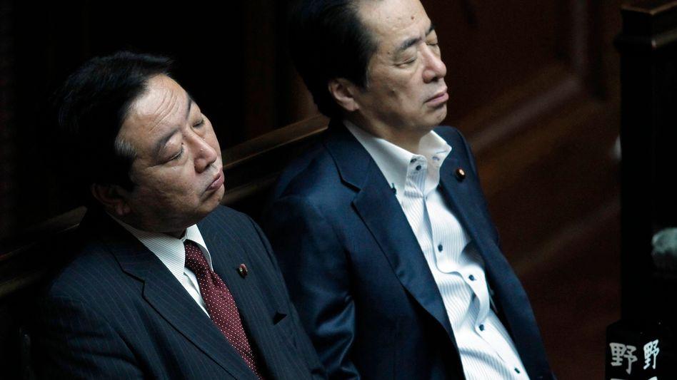 Japans Finanzminister Yoshihiko Noda (l.) and Premierminister Naoto Kan: Konfrontiert mit einer schwierigen Finanzlage