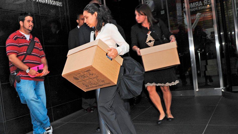 Historische Bilder: Lehman-Brothers-Beschäftigte verlassen am 15. September 2008 das Bank-Gebäude in New York