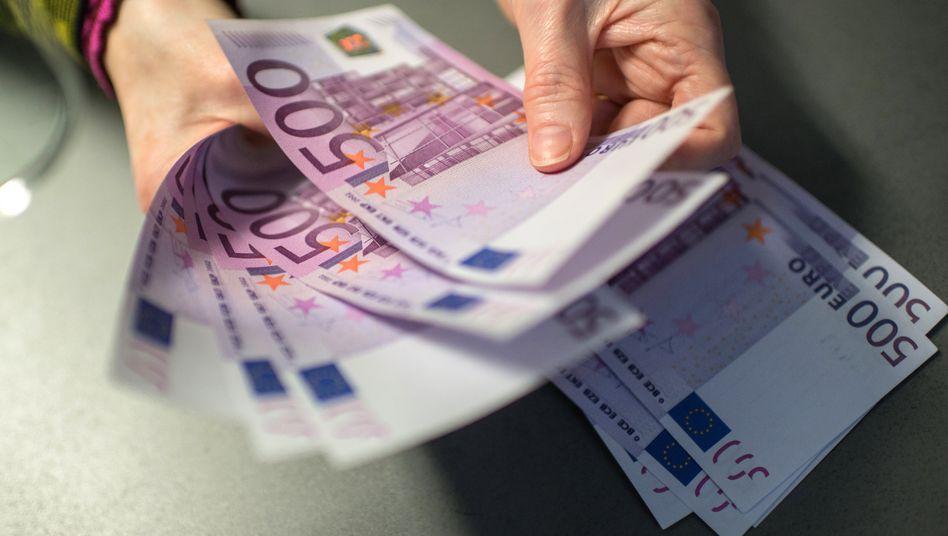 Das sind sie: 500-Euro-Scheine in einer Sparkasse in Bayern.