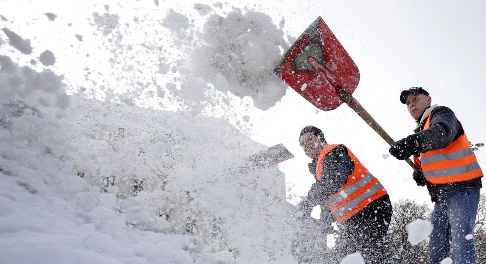 1-Euro-Jobber räumen Schnee